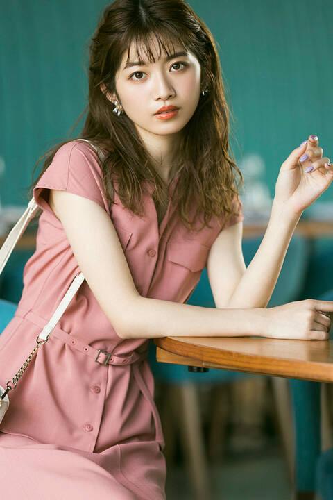 《堀田茜さん着用》ベルト付きノーカラーサファリシャツ