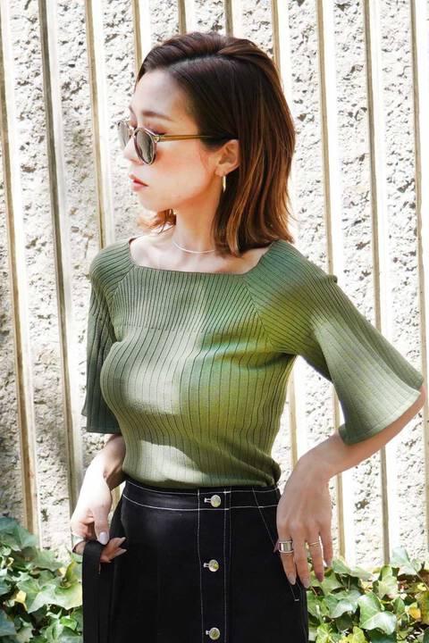 編み違い袖フレアニット