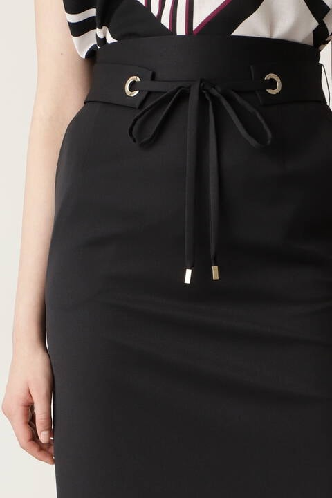 鏡面ハトメベルト付きタイトスカート