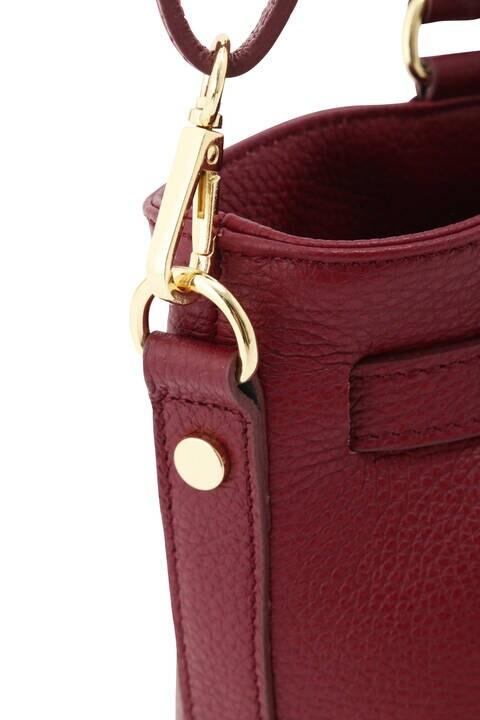 ロックチャーム付きレザーバッグ