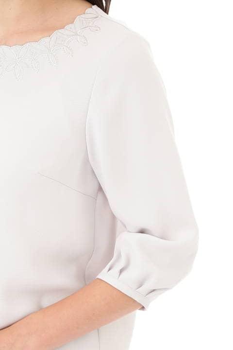 襟ぐり幾何刺繍ブラウス